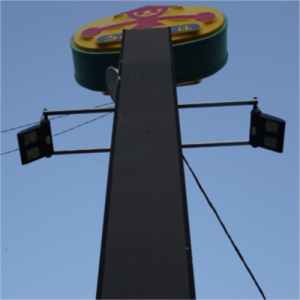 投光器たった一台で4mの縦長看板一面を照らす方法