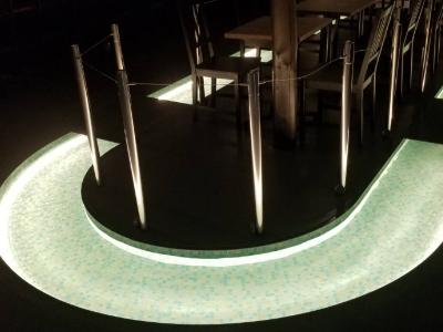 カフェの水路にテープライトを導入