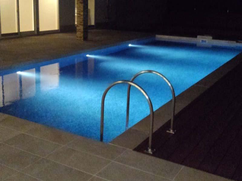 個人住宅のプールに水中照明を導入しました